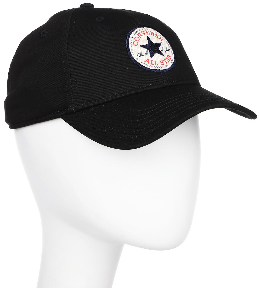 Бейсболка Converse Core Cap, цвет: черный. 526560. Размер универсальный526560Стильная бейсболка Converse идеально подойдет для прогулок, занятий спортом и отдыха. Бейсболка, выполненная из 100% хлопка, надежно защитит вас от солнца и ветра. Модель имеет классическую конструкцию из шести панелей и специальные вентиляционные отверстия. Изделие оформлено вышивкой с логотипом бренда. Объем бейсболки регулируется при помощи хлястика с пряжкой