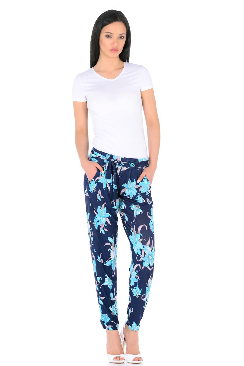 Брюки женские HomeLike, цвет: темно-синий, бирюзовый, бежевый. 851. Размер 46851Легкие модные брюки HomeLike выполнены из шелковистого полотна масло в привлекательной расцветке. Модель со средней посадкой, свободного покроя с легкими складками от широкого эластичного пояса, к основанию заужены. Дополнительный пояс завязка крепится на шлевках. По бокам модные косые карманы. Ткань струится, приятная к телу, обладает охлаждающим эффектом. Брюки отлично садятся по фигуре любого типа, скрывая несовершенства, подчеркивают достоинства, обеспечивают комфорт.