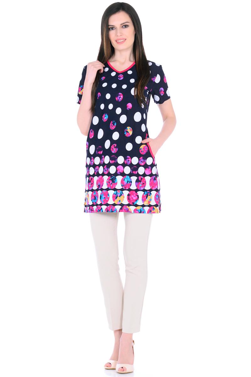 Платье домашнее HomeLike, цвет: темно-синий, белый, фуксия. 894. Размер 48894Домашнее платье HomeLike прямого силуэта, с короткими рукавами, с Vобразным вырезом горловины, по бокам практичные карманы, в боковых швах разрезы. Современная расцветка с яркими принтами украшает удобную вещь без лишних деталей. Хлопковый трикотаж приятен к телу, создает ощущения легкости и комфорта в процессе носки.
