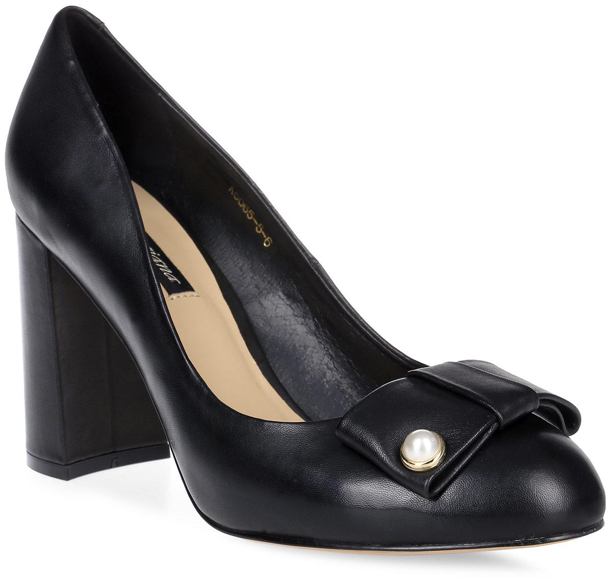 Туфли женские Graciana, цвет: черный. A5065-5-6. Размер 39A5065-5-6Женские туфли от Graciana на широком каблуке выполнены из натуральной кожи. Подкладка, изготовленная из натуральной кожи, обладает хорошей влаговпитываемостью и естественной воздухопроницаемостью. Стелька из натуральной кожи гарантирует комфорт и удобство стопам. Подошва из тунита износоустойчива и обеспечивает хорошее сцепление с поверхностью.