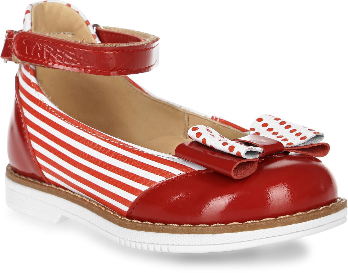 Туфли для девочки TapiBoo, цвет: красный, белый. FT-25001.15-OL04O.01. Размер 30FT-25001.15-OL04O.01Детские туфли от TapiBoo созданы для ежедневной профилактики плоскостопия. Материал верха - натуральная кожа. Материал подкладки - натуральная кожа. Широкий, устойчивый каблук, специальной конфигурации каблук Томаса. Каблук продлен с внутренней стороны до середины стопы, чтобы исключить вращение (заваливание) стопы вовнутрь (пронационный компонент деформации, так называемая косолапость, или вальгусная деформация). Многослойная, анатомическая стелька со сводоподдерживающим элементом для правильного формирования стопы. Благодаря использованию современных внутренних материалов позволяет оптимально распределить нагрузку по всей площади стопы и свести к минимуму ее ударную составляющую. Жесткий фиксирующий задник с удлиненным крылом надежно стабилизирует голеностопный сустав во время ходьбы, препятствуя развитию патологических изменений стопы. Упругая, умеренно-эластичная подошва, имеющая перекат позволяющий повторить естественное движение стопы при ходьбе для правильного распределения нагрузки на опорно-двигательный аппарат ребенка. Подкладка выполнена из кожи теленка без швов. Кожа теленка обладает повышенной износостойкостью в сочетании с мягкостью и отличной способностью пропускать воздух для создания оптимального температурного режима (нога не потеет). Отсутствие швов на подкладке обеспечивает дополнительный комфорт и предотвращает натирание. Красота и элегантность в сочетании с полным набором ортопедических свойств для профилактики плоскостопия.