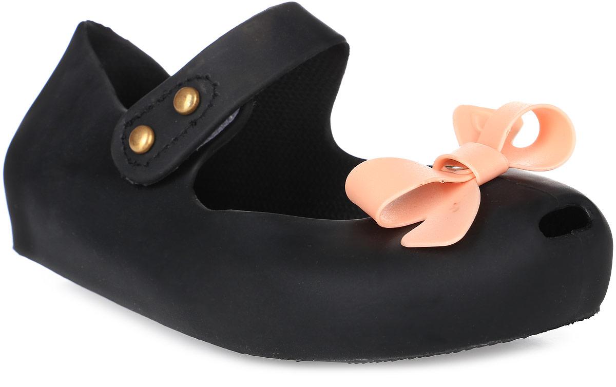 Туфли для девочки Vitacci, цвет: черный. 23009-3. Размер 2523009-3Туфли для девочки от Vitacci выполнены из силикона. Мыс модели оформлен бантиком. Ремешок с застежкой-липучкой надежно зафиксирует модель на ноге. Подошва из резины дополнена рифлением.