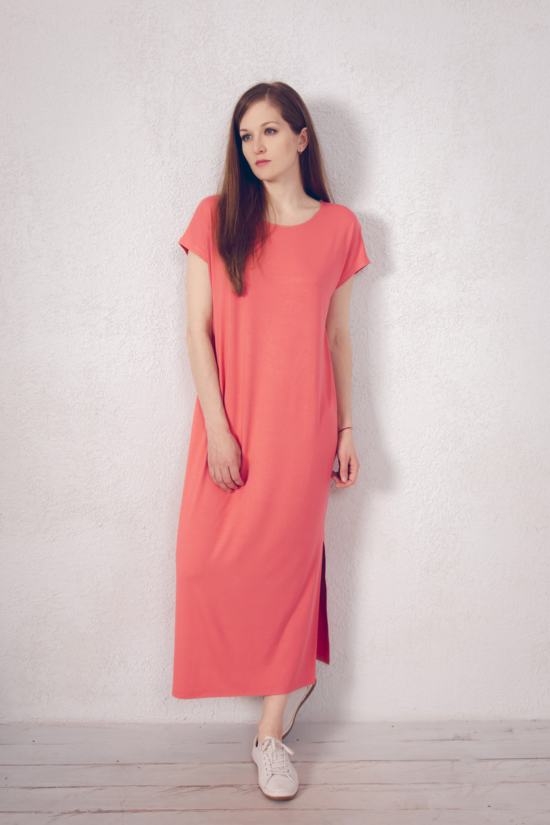 Платье домашнее Marusя, цвет: коралловый. 171221. Размер 50171221Домашнее платье Marusя изготовлено из натурального вискозного материала. Изделие длины макси свободного кроя с короткими рукавами. По бокам модель дополнена разрезами.