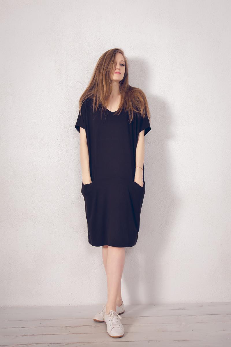 Платье домашнее Marusя, цвет: коричневый. 171222. Размер 52/54171222Домашнее платье Marusя изготовлено из натурального вискозного материала. Изделие средней длины свободного кроя с короткими рукавами. Модель дополнена карманами.