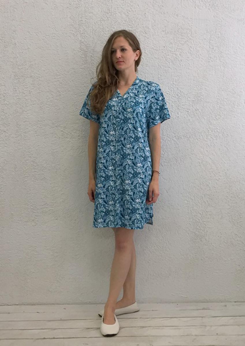 Халат женский Marusя, цвет: голубой. 17110126. Размер S (44)17110126Женский халат Marusя изготовлен из натурального хлопка. Модель с короткими рукавами и V-образным вырезом горловины застегивается на пуговицы.