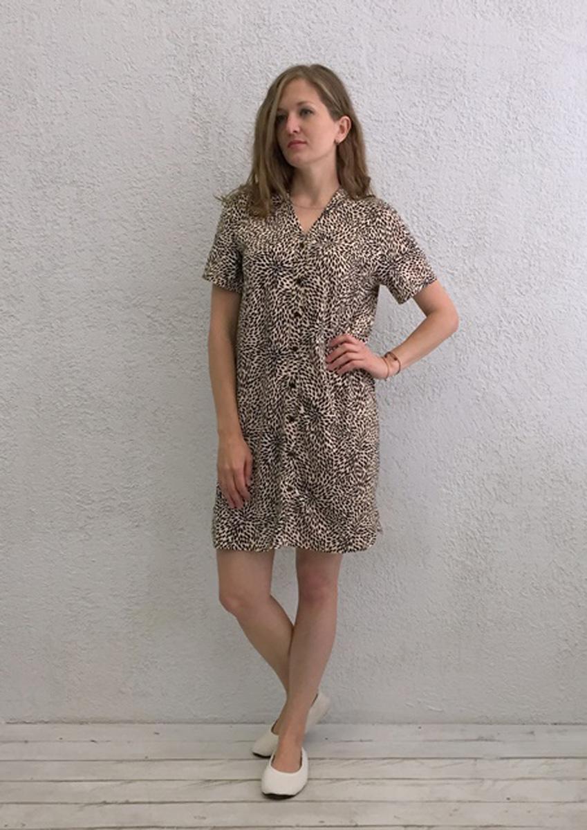Халат женский Marusя, цвет: коричневый. 17110126. Размер S (44)17110126Женский халат Marusя изготовлен из натурального хлопка. Модель с короткими рукавами и V-образным вырезом горловины застегивается на пуговицы.