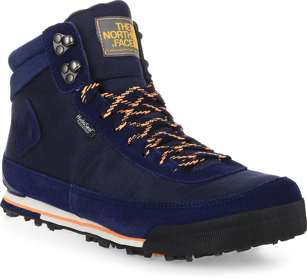 Ботинки женские The North Face Back-to-Berkeley Boot II, цвет: темно-синий, оранжевый. T0A1MFDSJ. Размер 10 (40)T0A1MFDSJСтильные ботинки The North Face от Back-to-Berkeley Boot II - это женские ботинки с ретро-обликом, но современной функциональной конструкцией. Верх выполнен из нейлона-рипстопа и мембраны HydroSeal, обеспечивающей полноценную защиту от влаги. Окантовка из натуральной замши по периметру защищает внешнюю ткань от истирания, а глухой язык препятствует попаданию внутрь камней, воды и пыли. Шнуровка надежно фиксирует модель на ноге. Подошва TNF Winter Grip с технологией Ice Pick обеспечивает наилучшее сцепление с поверхностью. Утеплитель Primaloft Eco сохранит ноги в тепле в самые сильные холода. Антибактериальная стелька Ortholine из EVA с текстильной поверхностью комфортна при ходьбе. Текстильный ярлычок на заднике обеспечивает удобное обувание модели. Язычок и боковая сторона модели оформлена фирменной нашивкой. Ботинки Womens Back-to-Berkeley Boot II - отличный выбор стильной и технологичной зимней обуви.