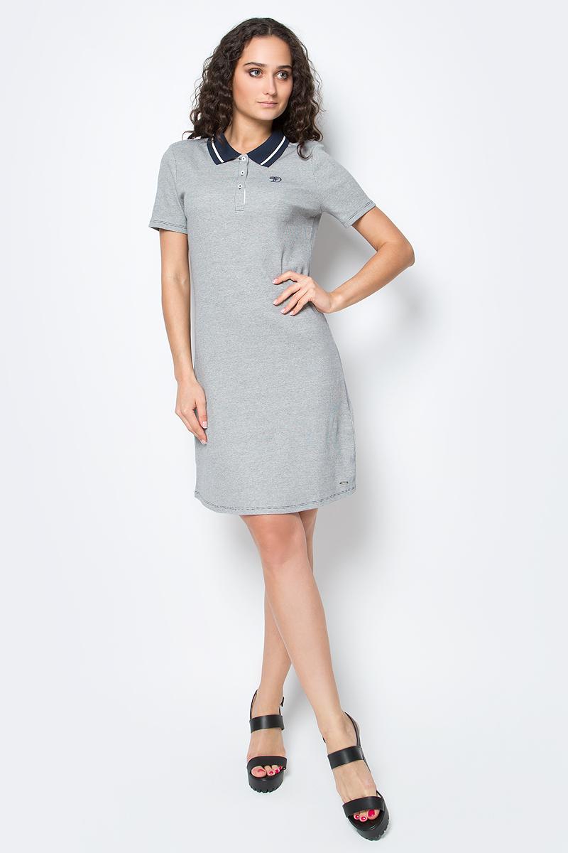 Платье Tom Tailor, цвет: светло-серый, синий. 5019721.00.71_8005. Размер S (44)5019721.00.71_8005Короткое летнее платье Tom Tailor выполнено из хлопка с добавлением эластана. Модель расклешенного силуэта с отложным воротничком-поло и короткими рукавами застегивается на груди на три пуговицы. Оформлено изделие небольшой вышивкой.