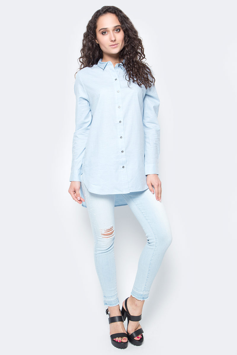 Блузка женская Calvin Klein Jeans, цвет: голубой меланж. J20J201235_4740. Размер L (48/50)J20J201235_4740Стильная женская блузка Calvin Klein Jeans, выполненная из натурального хлопка, подчеркнет ваш уникальный стиль и поможет создать женственный образ. Удлиненная модель с отложным воротником и длинными рукавами застегивается спереди на металлические пуговицы. Манжеты на рукавах также имеют застежки-пуговицы. Низ блузки имеет круглую форму. По спинке блузка удлинена.