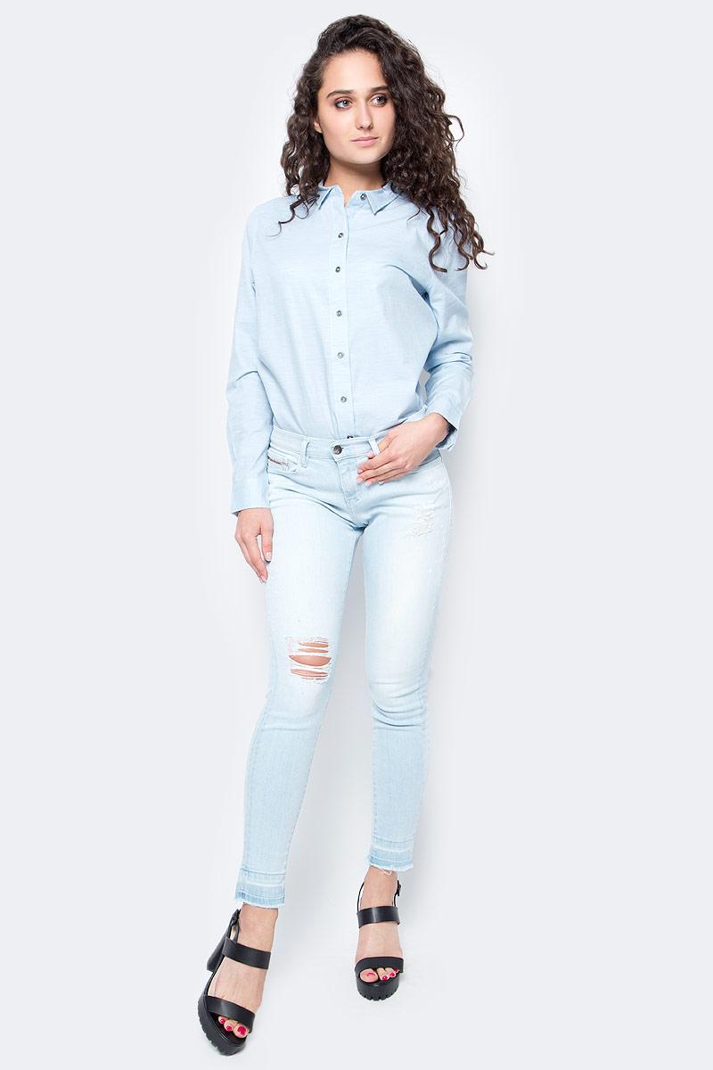 Джинсы женские Calvin Klein Jeans, цвет: светло-синий. J20J205145_9133. Размер 28 (44)J20J205145_9133Женские джинсы Calvin Klein Jeans выполнены из качественной смесовой ткани на основе хлопка. Джинсы зауженного кроя и средней посадки застегиваются на пуговицу в поясе и ширинку на застежке-молнии. На поясе предусмотрены шлевки для ремня. Спереди модель дополнена двумя втачными карманами и одним маленьким накладным кармашком, а сзади - двумя накладными карманами. Оформлена модель рваным эффектом.