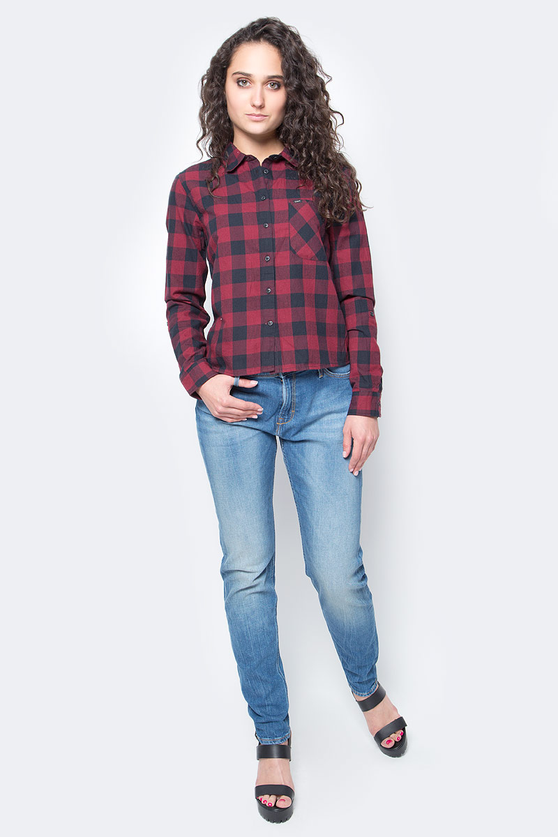 Рубашка женская Lee, цвет: красный, черный. L46VCBLL. Размер L (48)L46VCBLLЖенская рубашка Lee выполнена из натурального хлопка. Рубашка с длинными рукавами и отложным воротником застегивается на пуговицы спереди. Манжеты рукавов также застегиваются на пуговицы. Рубашка оформлена принтом в клетку. Модель дополнена накладным нагрудным карманом.