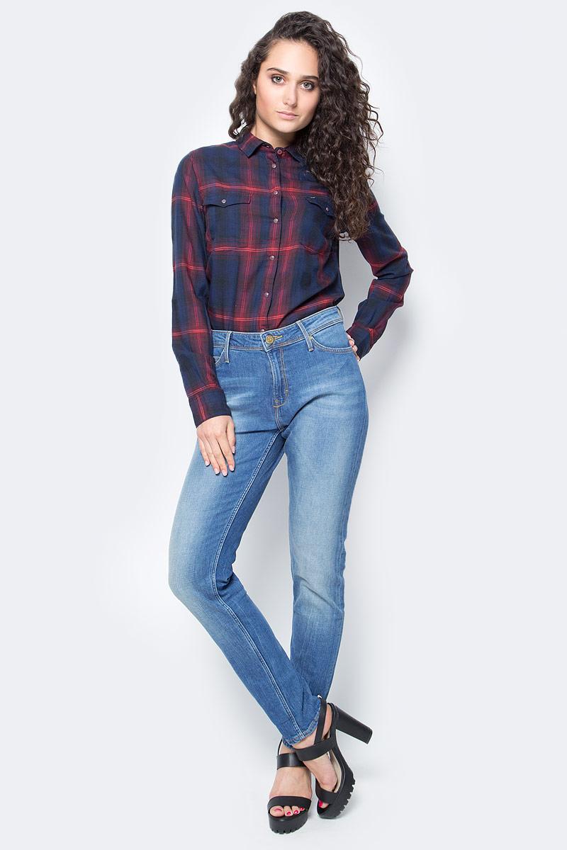 Джинсы женские Lee Sallie, цвет: синий. L30KBCQD. Размер 24-31 (40-31)L30KBCQDЖенские джинсы Lee Sallie идеально подойдут вам для отдыха и прогулок. Изготовленные из эластичного хлопка, они мягкие и приятные на ощупь, не сковывают движения и позволяют коже дышать, обеспечивая наибольший комфорт. Модель на талии застегивается на металлическую пуговицу и имеет ширинку на застежке-молнии, а также шлевки для ремня. Длину изделия можно регулировать с помощью декоративных отворотов. Джинсы имеют классический пятикарманный крой: спереди - два втачных кармана и один маленький накладной, а сзади - два накладных кармана. Изделие с эффектом потертости оформлено прострочкой, перманентными складками и металлическими клепками.Современный дизайн и расцветка делают эти джинсы модным и стильным предметом женской одежды. Такая модель подарит вам комфорт в течение всего дня.