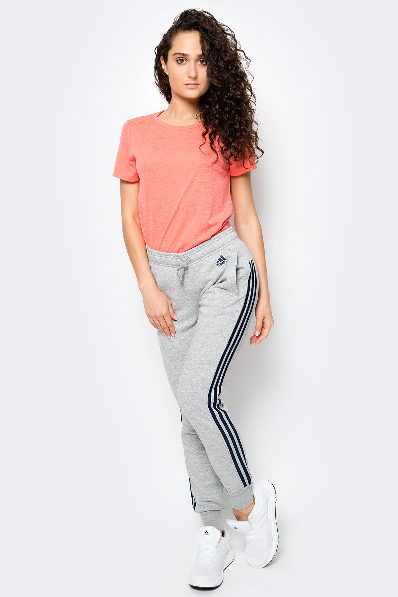 Брюки спортивные женские adidas Ess 3S Pant Ch, цвет: серый. S97108. Размер S (42/44)S97108Брюки спортивные женские adidas Ess 3S Pant Ch выполнены из хлопка с добавлением полиэстера. Женские брюки, в которых комфортно в течение всего дня. Рифленые манжеты и пояс на завязках обеспечивают удобную посадку. Облегающий крой в современном стиле. Культовые три полоски по бокам создают актуальный образ.