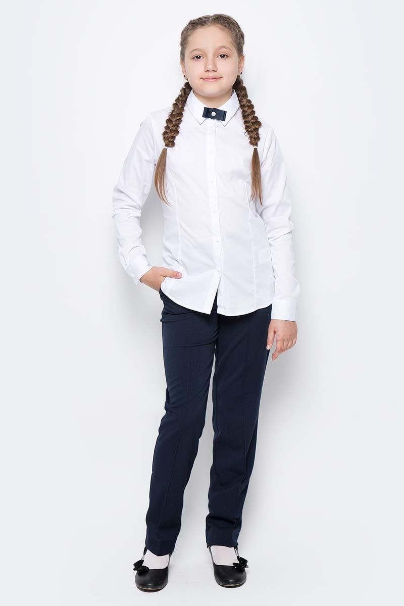 Блузка для девочки Button Blue, цвет: белый. 217BBGS22040200. Размер 140, 10 лет217BBGS22040200Блузки для школы купить не сложно, но выбрать модель, сочетающую прекрасный состав, элегантный дизайн, привлекательную цену, не так уж и легко. Купить красивую школьную блузку для девочки недорого возможно, если это блузка от Button Blue! Белая школьная блузка с бантиком понадобится 1 сентября как никогда, придав образу торжественность и элегантность. Блузка изготовлена из качественной смесовой ткани. Модель с длинными рукавами и отложным воротником застегивается на пуговицы.