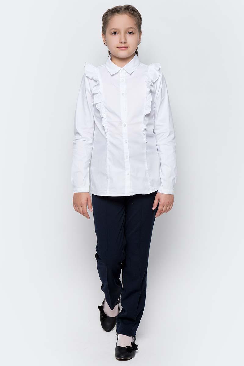 Блузка для девочки Gulliver, цвет: белый. 217GSGC2205. Размер 134217GSGC2205Какими должны быть красивые блузки для девочек? Блузка с жабо, с бантом, с рюшей или лаконичный строгий вариант без яркой отделки. Школьные блузкимогут быть самыми разными! Блузка от Gulliver хороша и для каждого дня, и для торжественных школьных мероприятий. Прекрасная ткань, красивая форма, модное оформление крупными рюшами делают блузку интересной и привлекательной. Купить детскую блузку стоит в преддверии учебного года, ведь 1 сентября эта модель понадобится как никогда. Она подчеркнет торжественность момента, сделав образ школьницы нарядным, элегантным, изысканным.