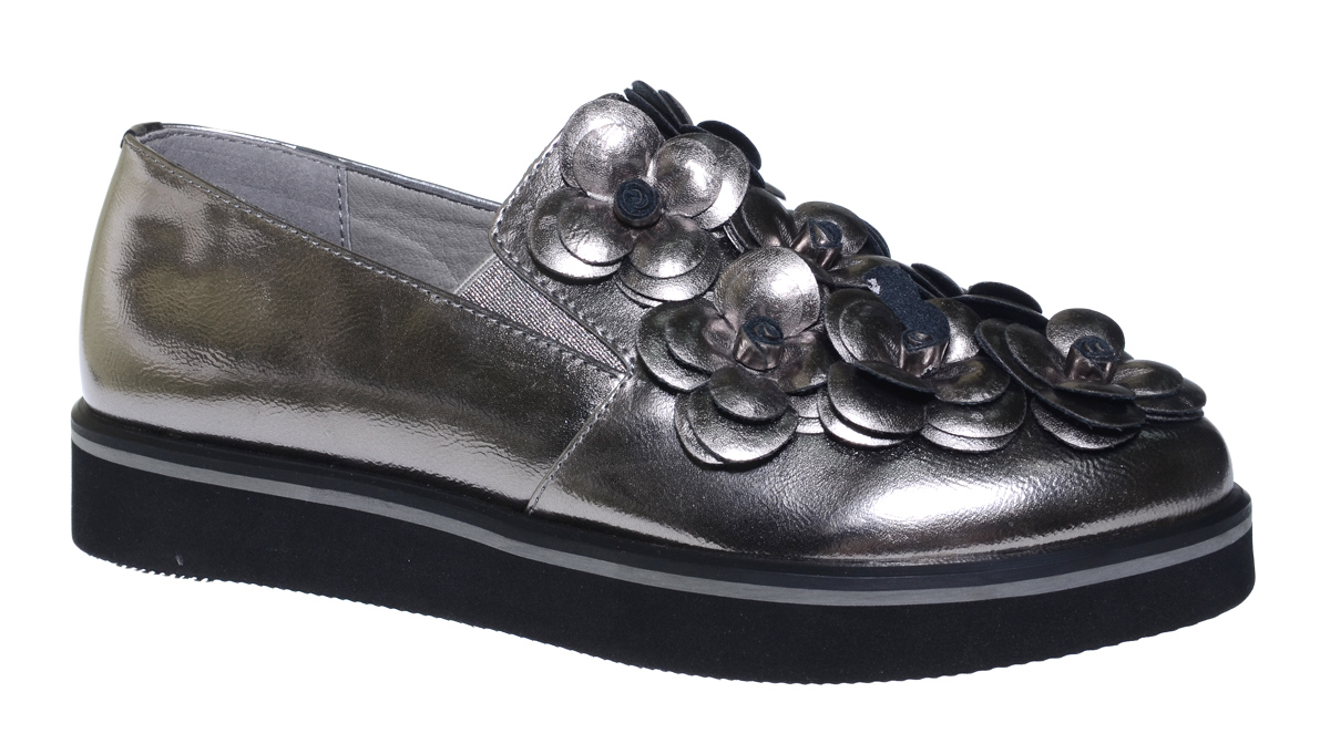 Туфли для девочки Болеро, цвет: серебряный. D13399D. Размер 33D13399DОчаровательные туфли для девочки Болеро станут неотъемлемой частью повседневной жизни юной модницы.Модель выполнена из искусственной лакированной кожи и оформлена объемными цветами. Внутренняя отделка выполнена из натуральной кожи. Небольшие резинки на подъеме надежно фиксируют обувь на ноге ребенка, а формованный задник обеспечивает правильную установку стопы внутри туфель, предотвращая развитие деформаций.Стелька с супинатором, изготовленная из натуральной кожи, учитывает анатомические особенности строения детской стопы, обеспечивает профилактику от развития плоскостопия и гарантирует ногам ребенка ощущение комфорта и легкости при ходьбе.Толстая рифленая подошва из легкого полимерного термопластичного материала обладает высокой прочностью и гибкостью и обеспечивает надежное сцепление с различными поверхностями.