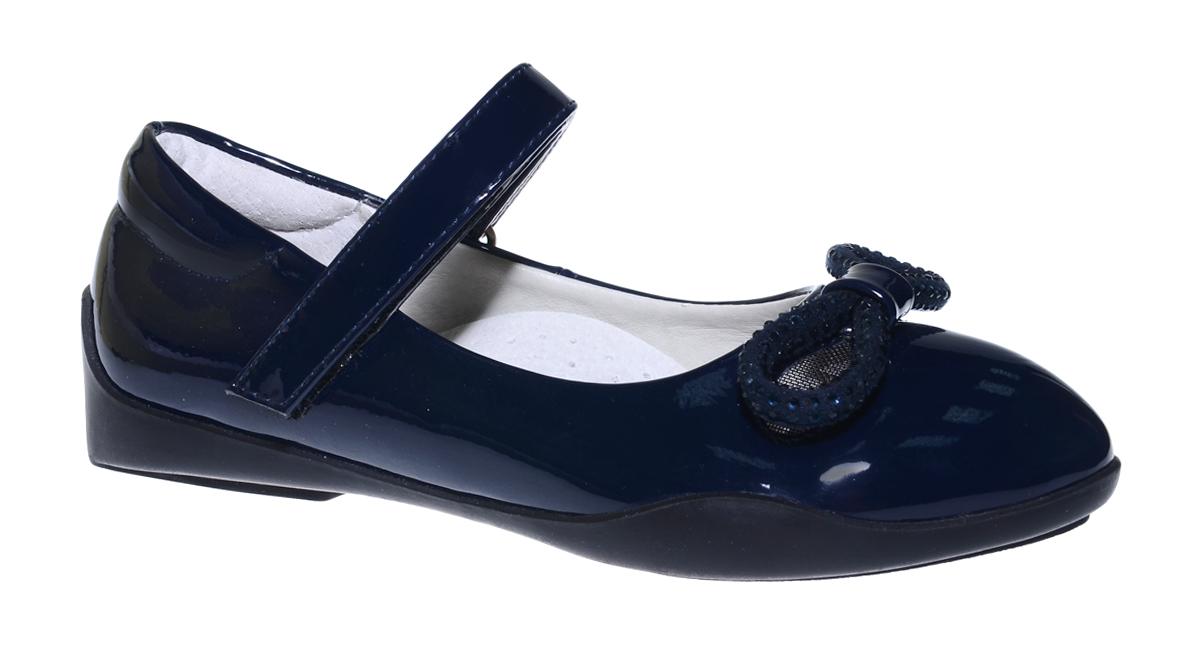 Туфли для девочки Болеро, цвет: темно-синий. G17002A. Размер 29G17002AОчаровательные туфли для девочки Болеро станут неотъемлемой частью повседневной жизни юной модницы.Модель выполнена из искусственной лакированной кожи и оформлена перфорацией, бантиком и стразами. Внутренняя отделка выполнена из натуральной кожи. Удобная застежка-липучка быстро и надежно фиксирует обувь на ноге ребенка, а формованный задник обеспечивает правильную установку стопы внутри туфель, предотвращая развитие деформаций.Стелька с супинатором, изготовленная из натуральной кожи, учитывает анатомические особенности строения детской стопы, обеспечивает профилактику от развития плоскостопия и гарантирует ногам ребенка ощущение комфорта и легкости при ходьбе.Рифленая подошва из легкого полимерного термопластичного материала обладает высокой прочностью и гибкостью и обеспечивает надежное сцепление с различными поверхностями.