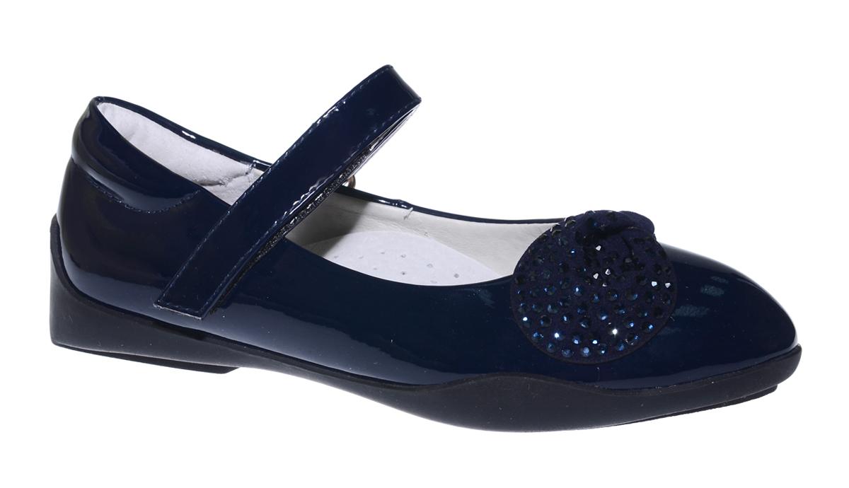 Туфли для девочки Болеро, цвет: темно-синий. G17003A. Размер 27G17003AОчаровательные туфли для девочки Болеро станут неотъемлемой частью повседневной жизни юной модницы.Модель выполнена из искусственной лакированной кожи и оформлена декоративным элементом со стразами. Внутренняя отделка выполнена из натуральной кожи. Удобная застежка-липучка быстро и надежно фиксирует обувь на ноге ребенка, а формованный задник обеспечивает правильную установку стопы внутри туфель, предотвращая развитие деформаций.Стелька с супинатором, изготовленная из натуральной кожи, учитывает анатомические особенности строения детской стопы, обеспечивает профилактику от развития плоскостопия и гарантирует ногам ребенка ощущение комфорта и легкости при ходьбе.Рифленая подошва из легкого полимерного термопластичного материала обладает высокой прочностью и гибкостью и обеспечивает надежное сцепление с различными поверхностями.