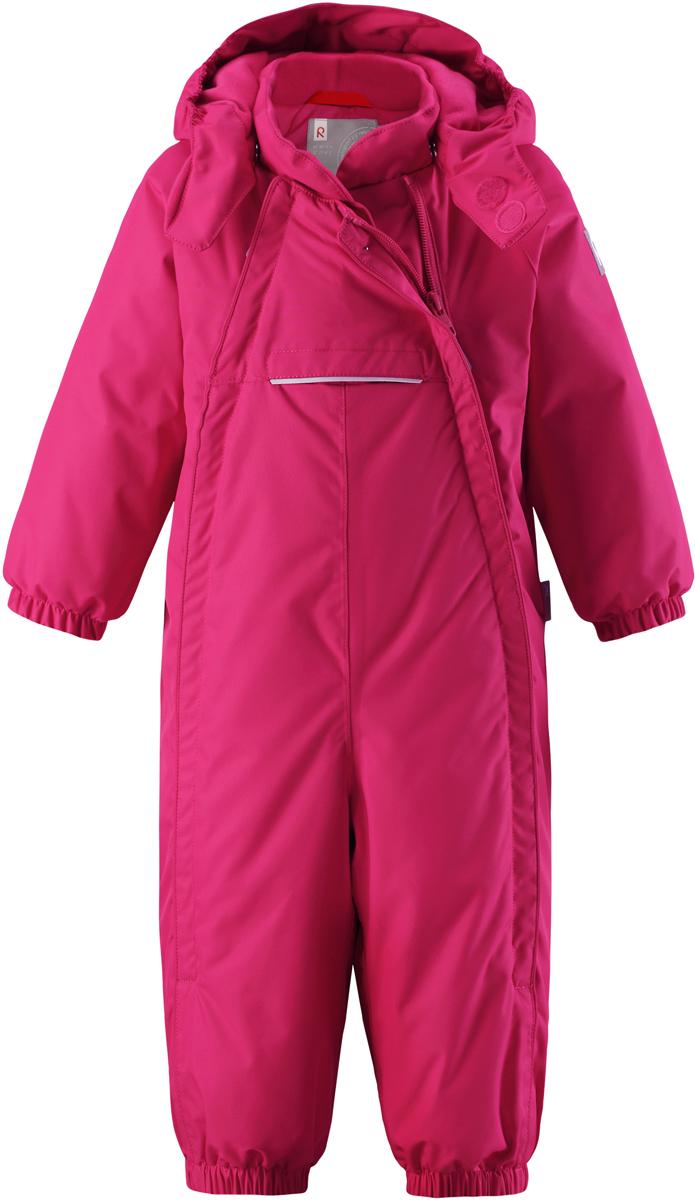 Комбинезон детский Reima Reimatec Copenhagen, цвет: ярко-розовый. 5102693560. Размер 805102693560В этом стильном зимнем комбинезоне от Reima дети могут гулять целый день и при этом не намокнуть. Водо- и ветронепроницаемый комбинезон изготовлен из прочного, дышащего материала. Благодаря двум симпатичным молниям во всю длину, этот комбинезон легко надевается, а утепленная задняя часть обеспечит сухость во время зимних забав. Комбинезон с гладкой стеганой подкладкой из полиэстера легко надевать и очень удобно носить с теплым промежуточным слоем. Передний карман на молнии надежно сбережет все найденные на прогулке сокровища. Силиконовые штрипки позаботятся о том, чтобы брючины оставались на своем месте. Съемный капюшон обеспечит защиту от пронизывающего ветра и безопасность во время игр на свежем воздухе. Кнопки легко отстегиваются, если капюшон случайно за что-нибудь зацепится. По краю капюшон снабжен эластичной резинкой.Средняя степень утепления.