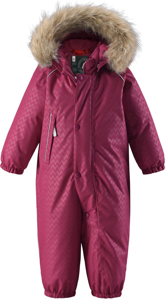 Комбинезон детский ReimaReimatec+ Aaren, цвет: розовый. 5102753920. Размер 925102753920Невероятно теплый, практичный и абсолютно непромокаемый пуховый комбинезон для малышей просто создан для активных зимних прогулок!Пуховый комбинезон Reimatec+ с эргономичным дизайном изготовлен из ветронепроницаемого, дышащего материала с водо- и грязеотталкивающей поверхностью. Все швы проклеены, водонепроницаемы, так что вашему ребенку будет сухо и тепло в любую погоду. Благодаря утепленной задней части детям будет комфортно резвиться в снегу, а благодаря прочным силиконовым штрипкам концы брючин всегда будут надежно держаться поверх ботинок. Съемный регулируемый капюшон со съемной оторочкой из искусственного меха защищает от пронизывающего ветра и безопасен во время игр на свежем воздухе.Комбинезон с подкладкой из гладкого полиэстера легко надевается, и его очень удобно носить с теплым промежуточным слоем. С помощью удобных кнопок Play Layers к этому комбинезону можно присоединять одежду промежуточного слоя Reima, которая подарит вашему ребенку дополнительное тепло и комфорт.Высокая степень утепления.