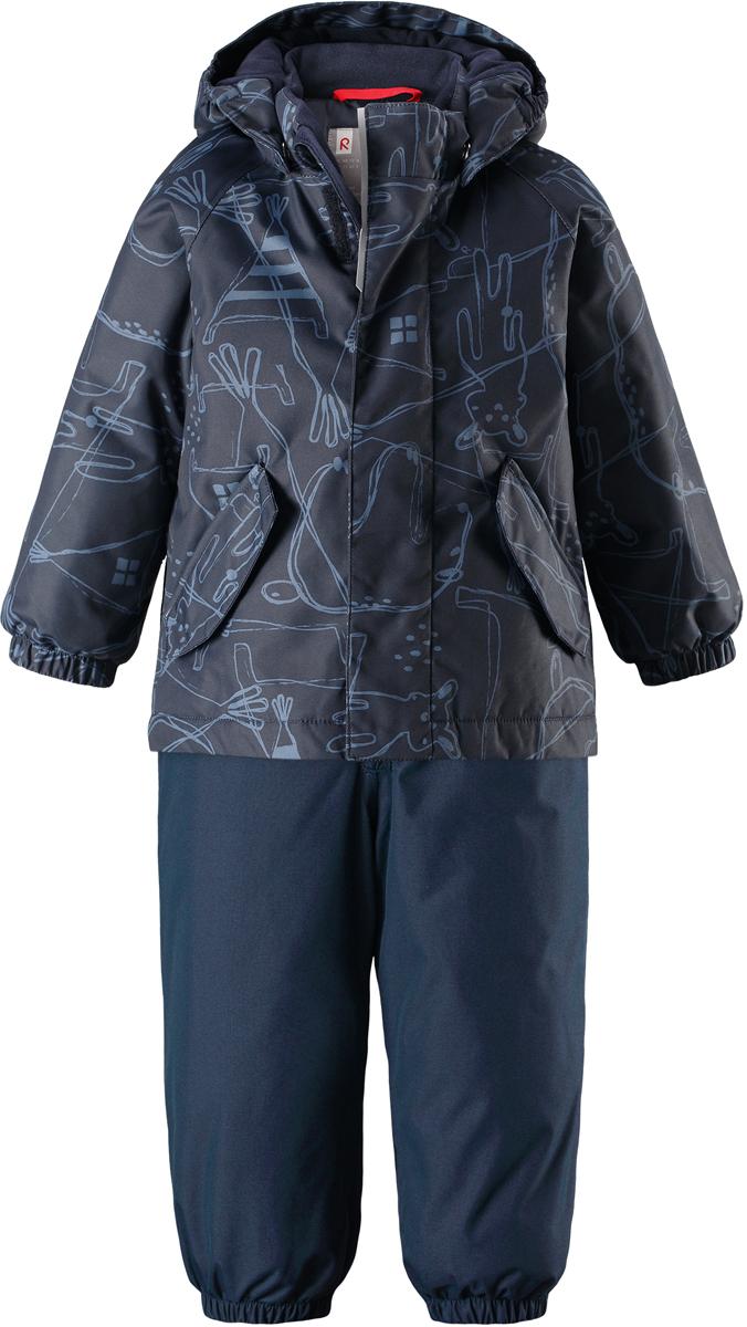 Комплект верхней одежды детский Reima Reimatec Olki, цвет: синий. 5131096981. Размер 865131096981Благодаря забавному рисунку этот непромокаемый зимний комплект для малышей сделает морозное утро веселее! Зимняя куртка и брюки для малышей изготовлены из водо- и ветронепроницаемого, дышащего материала с водо- и грязеотталкивающей поверхностью. Все швы в куртке и брюках проклеены и водонепроницаемы, поэтому неожиданный снегопад или дождь не помешает веселым играм на свежем воздухе! Эта куртка с подкладкой из гладкого полиэстера легко надевается, ее очень удобно носить с теплым промежуточным слоем. Куртка прямого кроя с безопасным съемным капюшоном. Капюшон обеспечивает дополнительную безопасность во время активных прогулок - кнопки легко отстегиваются, если капюшон случайно за что-нибудь зацепится. Брюки с высокой талией и регулируемыми подтяжками будут сидеть точно по фигуре, а длинная молния спереди облегчит надевание. Благодаря дополнительной вставке из ватина малыши не замерзнут, сидя на снегу или катаясь с горы. Брючины с прочными силиконовыми штрипками на концах не задираются во время прогулки. Водонепроницаемость: 8 000 мм.