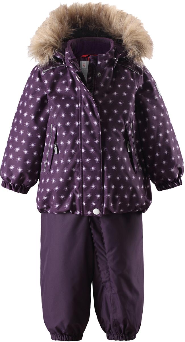 Комплект верхней одежды для девочки Reima Reimatec Pihlaja: куртка, брюки, цвет: лиловый. 5131125931. Размер 985131125931Теплый зимний комплект для малышей сшит из ветро- и водонепроницаемого материала со всеми проклеенными и водонепроницаемыми швами. Куртка оснащена съемным капюшоном с отсоединяемой меховой каймой из искусственного меха, который легко отстегивается, если за что-нибудь зацепится. У зимних брюк высокая талия, которая защищает поясницу от холода, а благодаря подтяжкам и силиконовым штрипкам они будут хорошо сидеть.Средняя степень утепления.