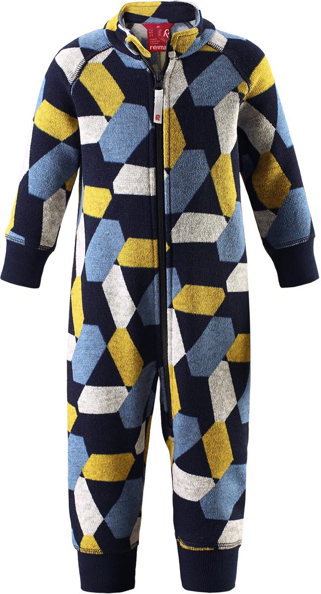 Комбинезон флисовый детский Reima Myytti, цвет: синий. 5163116985. Размер 745163116985Комбинезон от Reima из мягкого меланжевого флиса идеально подходит для ранней осени, кроме того, его можно носить в качестве промежуточного слоя в зимнюю пору. Мягкий вязаный меланжевый флис очень стильно смотрится, он мягкий и уютный, как пряжа, но при этом имеет все достоинства флиса. Флис – теплый и дышащий материал, который быстро сохнет и не парит. Молния во всю длину облегчает надевание, а защита для подбородка не даст поцарапать шею и подбородок.