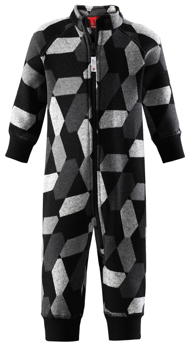 Комбинезон флисовый детский Reima Myytti, цвет: черный. 5163119996. Размер 925163119996Комбинезон от Reima из мягкого меланжевого флиса идеально подходит для ранней осени, кроме того, его можно носить в качестве промежуточного слоя в зимнюю пору. Мягкий вязаный меланжевый флис очень стильно смотрится, он мягкий и уютный, как пряжа, но при этом имеет все достоинства флиса. Флис – теплый и дышащий материал, который быстро сохнет и не парит. Молния во всю длину облегчает надевание, а защита для подбородка не даст поцарапать шею и подбородок.