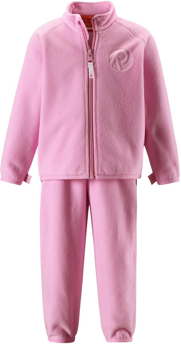 Комплект одежды детский флисовый Reima Etamin: кофта, брюки, цвет: светло-розовый. 5163164190. Размер 985163164190В холодную погоду рекомендуется под верхнюю одежду носить теплый, но при этом дышащий флисовый промежуточный слой. Этот комплект из полярного флиса для малышей хорошо согреет малыша, но жарко в нем не будет. Комплект – необычайно легкий, но при этом теплый и быстросохнущий, а материал, из которого он сшит, отводит влагу от кожи в верхние слои одежды. Комплект, состоящий из кофты и брюк, очень удобно носить в детский сад: он послужит теплым промежуточным слоем во время игр на улице, и его можно носить в помещении. А если вдруг станет жарко, всегда можно снять верхнюю часть. Флисовая кофта снабжена молнией во всю длину, поэтому легко надевается. Удлиненная спинка закрывает поясницу, а защита для подбородка не дает поцарапаться об зубчики молнии. С помощью системы кнопок Play Layers этот комплект можно присоединить к многим моделям верхней одежды Reima.