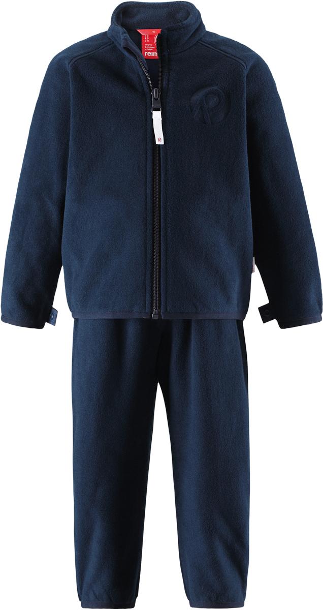Комплект одежды детский флисовый Reima Etamin: кофта, брюки, цвет: темно-синий. 5163166980. Размер 985163166980В холодную погоду рекомендуется под верхнюю одежду носить теплый, но при этом дышащий флисовый промежуточный слой. Этот комплект из полярного флиса для малышей хорошо согреет малыша, но жарко в нем не будет. Комплект – необычайно легкий, но при этом теплый и быстросохнущий, а материал, из которого он сшит, отводит влагу от кожи в верхние слои одежды. Комплект, состоящий из кофты и брюк, очень удобно носить в детский сад: он послужит теплым промежуточным слоем во время игр на улице, и его можно носить в помещении. А если вдруг станет жарко, всегда можно снять верхнюю часть. Флисовая кофта снабжена молнией во всю длину, поэтому легко надевается. Удлиненная спинка закрывает поясницу, а защита для подбородка не дает поцарапаться об зубчики молнии. С помощью системы кнопок Play Layers этот комплект можно присоединить к многим моделям верхней одежды Reima.