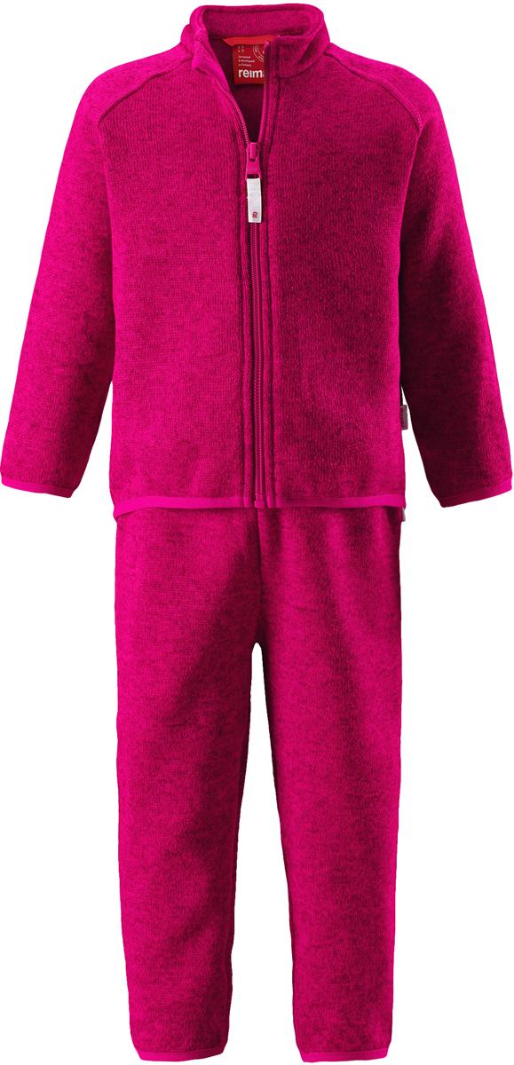 Комплект одежды детский флисовый Reima Tahto: кофта, брюки, цвет: фуксия. 5163213560. Размер 865163213560Легкий и мягкий флисовый комплект, поддетый под верхнюю одежду, согреет малышей в морозные зимние дни, но при этом его можно носить и в помещении! Верх этого комплекта снабжен молнией во всю длину, чтобы облегчить процесс надевания, и защитой для подбородка, которая не даст поцарапать шею и подбородок. Удлиненная спинка хорошо закрывает поясницу. Он сшит из мягкого и очень популярного меланжевого вязаного флиса, который объединил в себе стильный вязаный дизайн и все преимущества флиса: теплый и приятный на ощупь флис быстро сохнет, выводя влагу в верхние слои одежды – идеальный выбор для активных прогулок и веселых приключений на свежем воздухе!