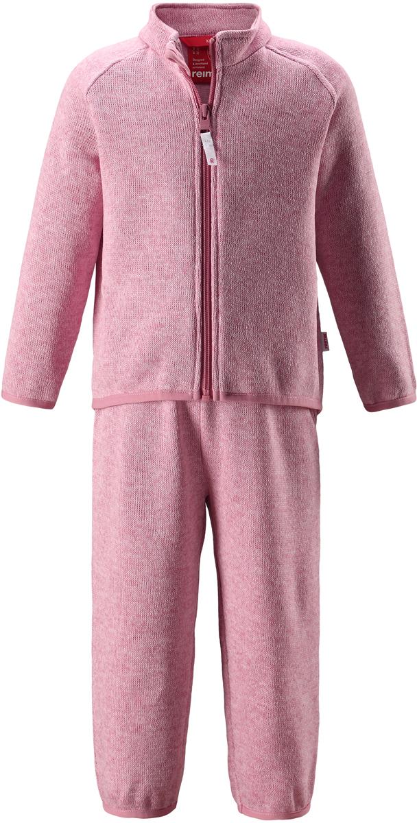 Комплект одежды детский Reima Tahto: кофта, брюки, цвет: светло-розовый. 5163214320. Размер 805163214320Легкий и мягкий флисовый комплект, поддетый под верхнюю одежду, согреет малышей в морозные зимние дни, но при этом его можно носить и в помещении! Верх этого комплекта снабжен молнией во всю длину, чтобы облегчить процесс надевания, и защитой для подбородка, которая не даст поцарапать шею и подбородок. Удлиненная спинка хорошо закрывает поясницу. Он сшит из мягкого и очень популярного меланжевого вязаного флиса, который объединил в себе стильный вязаный дизайн и все преимущества флиса: теплый и приятный на ощупь флис быстро сохнет, выводя влагу в верхние слои одежды – идеальный выбор для активных прогулок и веселых приключений на свежем воздухе!