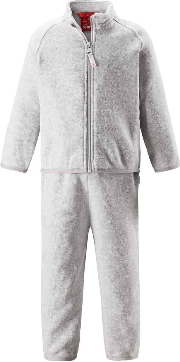 Комплект одежды детский Reima Tahto: кофта, брюки, цвет: светло-серый. 5163219130. Размер 805163219130Легкий и мягкий флисовый комплект, поддетый под верхнюю одежду, согреет малышей в морозные зимние дни, но при этом его можно носить и в помещении! Верх этого комплекта снабжен молнией во всю длину, чтобы облегчить процесс надевания, и защитой для подбородка, которая не даст поцарапать шею и подбородок. Удлиненная спинка хорошо закрывает поясницу. Он сшит из мягкого и очень популярного меланжевого вязаного флиса, который объединил в себе стильный вязаный дизайн и все преимущества флиса: теплый и приятный на ощупь флис быстро сохнет, выводя влагу в верхние слои одежды – идеальный выбор для активных прогулок и веселых приключений на свежем воздухе!