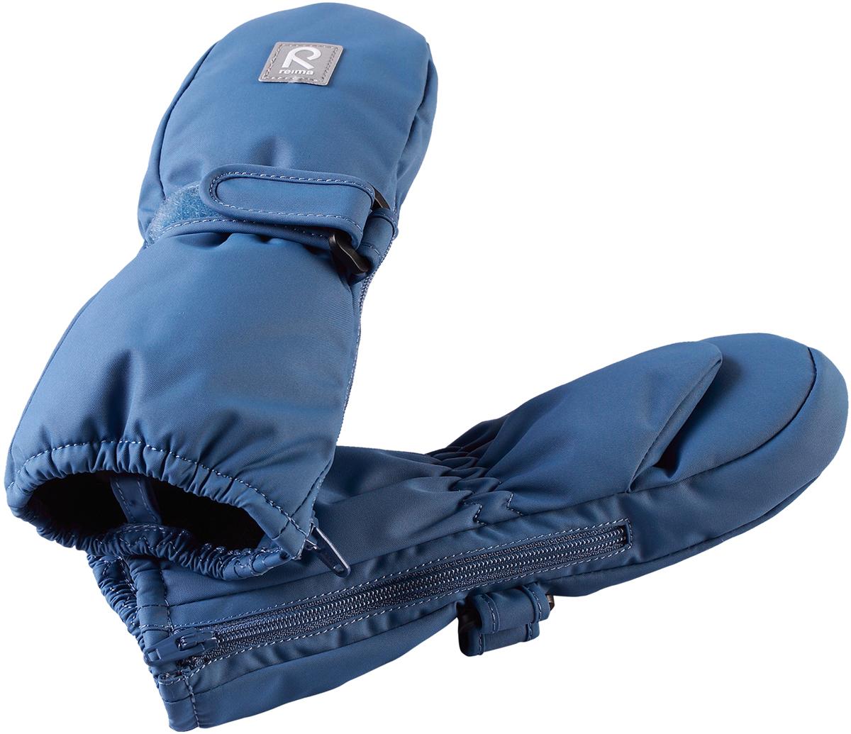 Варежки детские Reima Tassu, цвет: синий. 5171616740. Размер 15171616740Эти мягкие и удобные утепленные варежки для малышей пользуются неизменным успехом. Зимние варежки изготовлены из водо- и ветронепроницаемого, дышащего материала с водо- и грязеотталкивающей поверхностью. В этих варежках нет водонепроницаемой мембраны, поэтому они могут промокать. Утепленная модель отлично подойдет для сухой морозной зимней поры, а для дополнительного утепления и комфорта в сильную стужу рекомендуется поддевать под них теплые шерстяные варежки. Благодаря молнии, эти варежки легко надеть на ручки, а мягкая трикотажная подкладка из полиэстера очень приятна на ощупь.Средняя степень утепления.