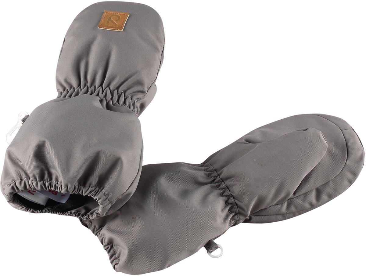 Варежки детские Reima Huiske, цвет: серый. 5171639390. Размер 15171639390Зимние варежки для малышей отлично согреют в морозный зимний день. Варежки сшиты из водонепроницаемого материала, но не снабжены водонепроницаемой вставкой, так что не рекомендуется носить их в мокрую погоду. Ветронепроницаемый дышащий материал, утеплитель и теплая шерстяная подкладка с ворсом надежно согреют маленькие пальчики. А в сильные морозы под них можно надеть теплые шерстяные варежки – в это просторной модели специально предусмотрен запас места!Высокая степень утепления.