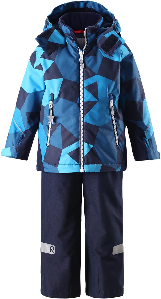 Комплект верхней одежды детский Reima Reimatec Kiddo Grane: куртка, брюки, цвет: темно-синий. 5231136494. Размер 925231136494Сверхпрочный детский зимний комплект Reimatec Kiddo Grane состоит из куртки и брюк. Функциональная куртка изготовлена из износостойкого, дышащего, водо- и ветронепроницаемого материала с водо- и грязеотталкивающей поверхностью. Все швы проклеены, водонепроницаемы. Рукава и спинка снабжены прочными усилениями, которые защищают участки, больше всего подверженные износу во время подвижных игр и катания на санках. У этой модели прямой покрой с регулируемой талией и подолом, так что силуэт можно сделать более облегающим. Концы рукавов тоже регулируются застежкой на липучке, как раз под ширину перчаток. Съемный капюшон защищает от холодного ветра, а еще обеспечивает дополнительную безопасность во время игр на улице – поскольку он легко отстегнется, если случайно за что-нибудь зацепится. По краю капюшона предусмотрен ветроотражатель, который обеспечивает шее дополнительную защиту. В брюках имеется ширинка на молнии, регулируемые и съемные эластичными подтяжками, а также защита от снега на концах брючин. Комплект снабжен гладкой подкладкой из полиэстера и светоотражателями. В куртке предусмотрены два кармана на молнии. Полная функциональность: от повседневного комфорта до экстремальных условий.Средняя степень утепления.