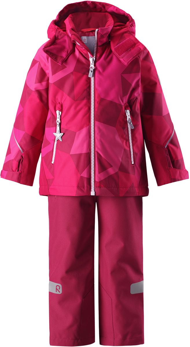 Комплект верхней одежды детский Reima Reimatec Kiddo Grane: куртка, брюки, цвет: розовый. 5231133566. Размер 985231133566Сверхпрочный детский зимний комплект Reimatec Kiddo Grane состоит из куртки и брюк. Функциональная куртка изготовлена из износостойкого, дышащего, водо- и ветронепроницаемого материала с водо- и грязеотталкивающей поверхностью. Все швы проклеены, водонепроницаемы. Рукава и спинка снабжены прочными усилениями, которые защищают участки, больше всего подверженные износу во время подвижных игр и катания на санках. У этой модели прямой покрой с регулируемой талией и подолом, так что силуэт можно сделать более облегающим. Концы рукавов тоже регулируются застежкой на липучке, как раз под ширину перчаток. Съемный капюшон защищает от холодного ветра, а еще обеспечивает дополнительную безопасность во время игр на улице – поскольку он легко отстегнется, если случайно за что-нибудь зацепится. По краю капюшона предусмотрен ветроотражатель, который обеспечивает шее дополнительную защиту. В брюках имеется ширинка на молнии, регулируемые и съемные эластичными подтяжками, а также защита от снега на концах брючин. Комплект снабжен гладкой подкладкой из полиэстера и светоотражателями. В куртке предусмотрены два кармана на молнии. Полная функциональность: от повседневного комфорта до экстремальных условий.Средняя степень утепления.