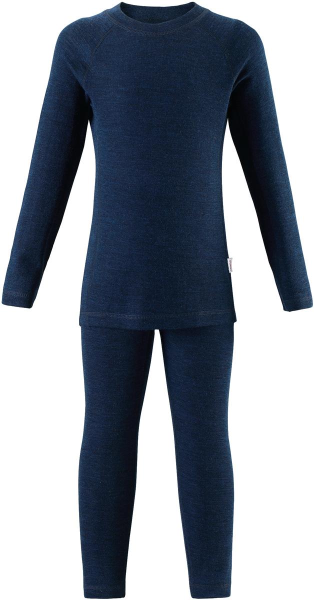 Комплект термобелья детский Reima Kinsei: лонгслив, брюки, цвет: темно-синий. 5361846980. Размер 1405361846980Детский базовый комплект сшит из необыкновенно мягкого материала – смеси мериносовой шерсти и волокон Tencel. Материал превосходно регулирует температуру, благодаря чему этот комплект можно носить круглый год. Комплект хорошо держит форму даже после нескольких стирок. Он также очень приятен на ощупь и удобен благодаря мягким плоским швам, которые не натирают кожу, а благодаря эластичной трикотажной резинке он плотно сидит, но не стесняет движений. Идеальный базовый слой для любых активных прогулок.