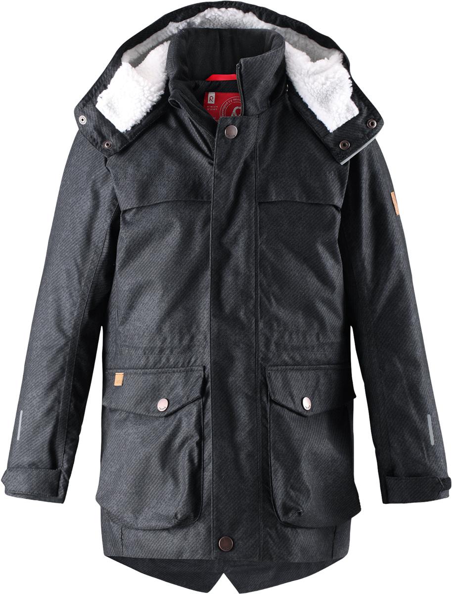 Куртка детская Reima Pentti, цвет: черный. 5312939992. Размер 1285312939992Теплая, водо- и ветронепроницаемая зимняя куртка Reima для детей и подростков. Материал куртки не только водонепроницаемый, ветронепроницаемый и при этом дышащий, но также имеет водо- и грязеотталкивающую поверхность. Все основные швы проклеены, водонепроницаемы. Верхняя часть куртки и капюшон подбиты теплой стеганой подкладкой. Куртка снабжена съемным капюшоном, что обеспечивает дополнительную безопасность во время активных прогулок – капюшон легко отстегивается, если случайно за что-нибудь зацепится. Образ довершают практичные детали: завязки на талии, два больших кармана с клапанами, длинная молния высокого качества и светоотражающие элементы.Средняя степень утепления.