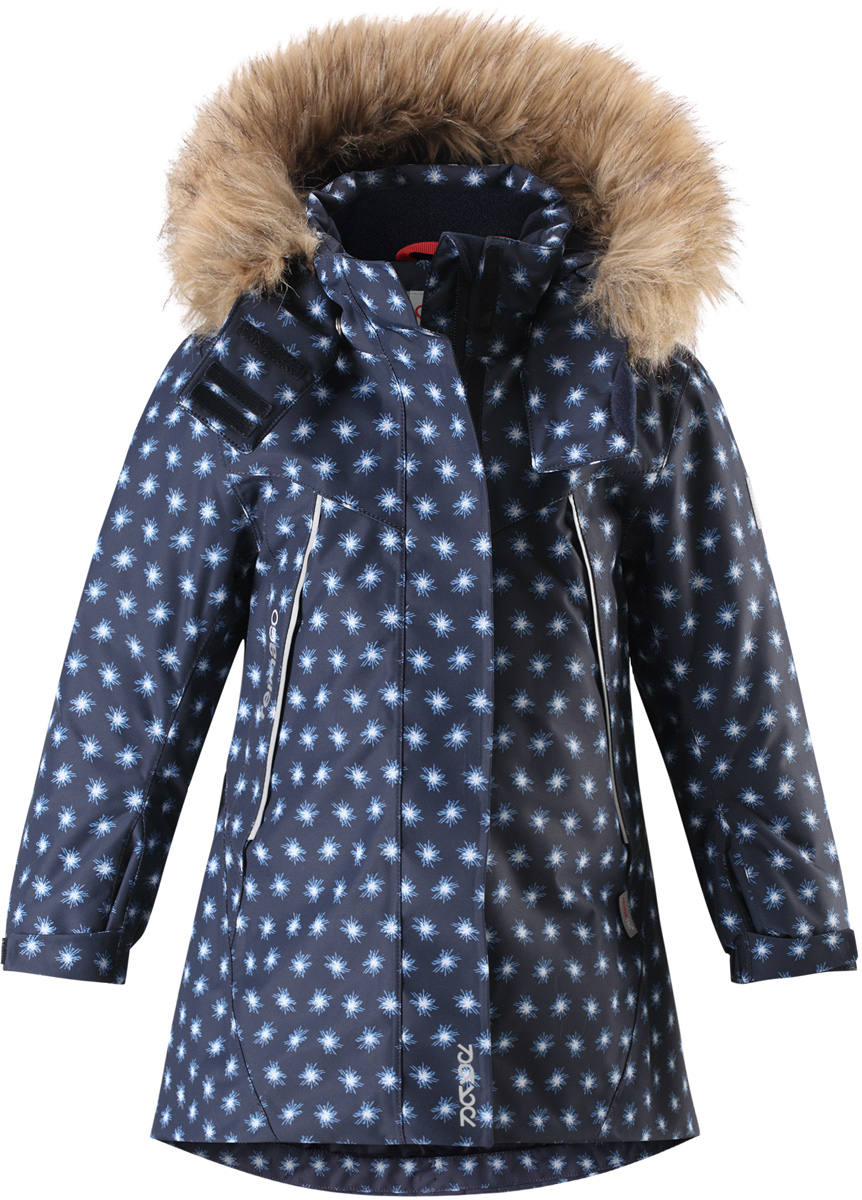 Куртка для девочки Reima Reimatec Muhvi, цвет: синий. 5215166989. Размер 1105215166989Теплая, водо- и ветронепроницаемая детская зимняя куртка Reimatec. Материал отталкивает грязь и хорошо дышит, так что ваш ребенок не вспотеет. Все швы проклеены, водонепроницаемы. Эта объемная модель отлично сидит благодаря сборке сзади на талии, а также регулируемым манжетам и подолу. Эта куртка с подкладкой из гладкого полиэстера легко надевается. С помощью удобной системы кнопок Play Layers к куртке можно присоединять разнообразную одежду промежуточного слоя Reima. В куртке предусмотрен съемный капюшон, отороченный съемной отделкой из искусственного меха, и множество светоотражающих деталей. В карманах на молнии можно хранить все самое важное, например, смартфон можно положить в нагрудный карман или в два передних кармана на молнии. А для сенсора ReimaGO имеется специальный карман с кнопками.Средняя степень утепления.