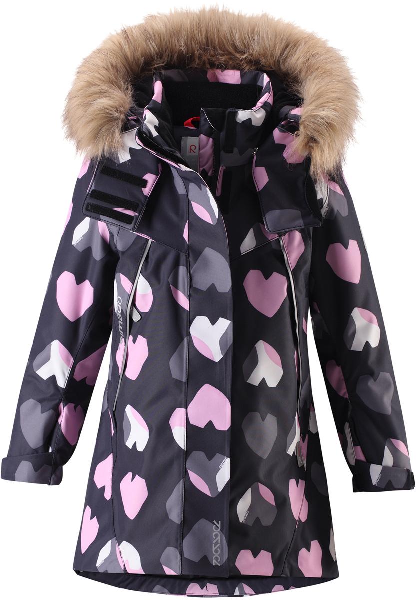 Куртка для девочки Reima Reimatec Muhvi, цвет: черный, розовый. 5215169991. Размер 1285215169991Теплая, водо- и ветронепроницаемая детская зимняя куртка Reimatec. Материал отталкивает грязь и хорошо дышит, так что ваш ребенок не вспотеет. Все швы проклеены, водонепроницаемы. Эта объемная модель отлично сидит благодаря сборке сзади на талии, а также регулируемым манжетам и подолу. Эта куртка с подкладкой из гладкого полиэстера легко надевается. С помощью удобной системы кнопок Play Layers к куртке можно присоединять разнообразную одежду промежуточного слоя Reima. В куртке предусмотрен съемный капюшон, отороченный съемной отделкой из искусственного меха, и множество светоотражающих деталей. В карманах на молнии можно хранить все самое важное, например, смартфон можно положить в нагрудный карман или в два передних кармана на молнии. А для сенсора ReimaGO имеется специальный карман с кнопками.Средняя степень утепления.