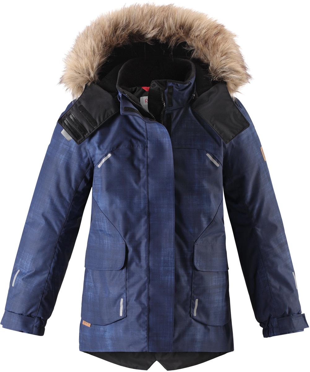 Куртка детская Reima Reimatec Sisarus, цвет: темно-синий. 5313006987. Размер 1465313006987Элегантная детская зимняя куртка в классическом стиле с честью выдержит испытание временем и высокими нагрузками! Эта куртка из водо- и ветронепроницаемого материала отлично подойдет для любых зимних забав. Все швы в ней проклеены и водонепроницаемы, что гарантирует максимальный комфорт во время зимних прогулок. Кроме того, она сшита из дышащего материала, так что ребенок не вспотеет во время катания на санках или коньках. Эта приталенная и удлиненная модель для девочек снабжена несъемным пояском на талии и регулируемыми манжетами. Съемный и регулируемый капюшон оторочен стильной отделкой из искусственного меха, которую при желании тоже можно снять. Защитный капюшон безопасен во время игр на свежем воздухе, поскольку легко отстегнется, если вдруг за что-нибудь зацепится. В больших карманах с клапанами легко поместятся все самое важное. Обратите внимание на удобную петельку, спрятанную в кармане с клапаном – к ней можно прикрепить любимый светоотражатель ребенка для обеспечения лучшей видимости.Средняя степень утепления.