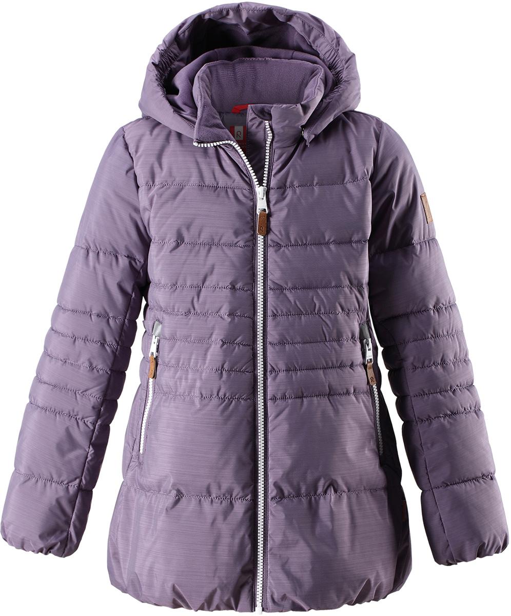 Куртка для девочки Reima Liisa, цвет: лиловый. 5313035790. Размер 1465313035790Детская непромокаемая зимняя куртка изготовлена из водо- и ветронепроницаемого, дышащего материала с грязеотталкивающими свойствами. Благодаря гладкой подкладке из полиэстера, куртку легко надевать и удобно носить даже с дополнительным теплым промежуточным слоем. Эта модель для девочек снабжена эластичным подолом и манжетами. Съемный и регулируемый капюшон защищает от пронизывающего ветра и дождя, а еще он безопасен во время игр на свежем воздухе. В куртке предусмотрены два кармана на молнии и светоотражающие детали.Средняя степень утепления.