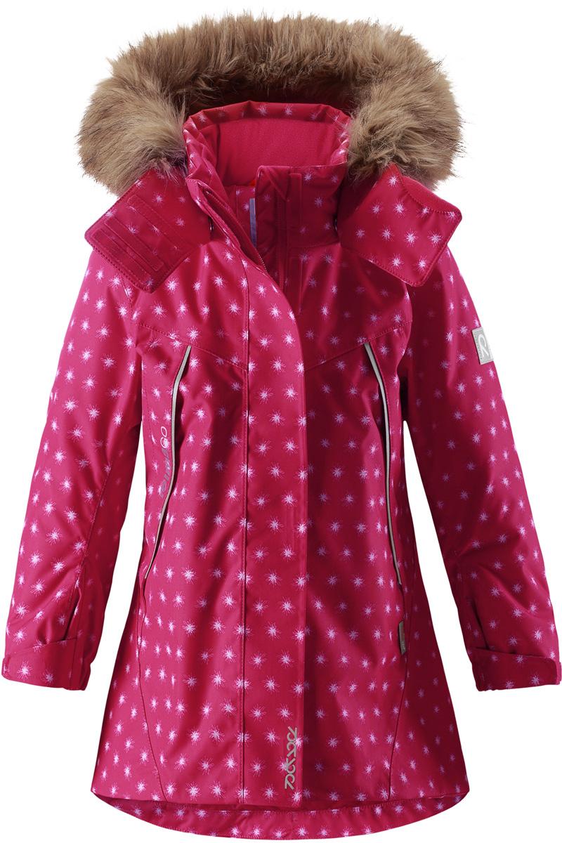 Куртка для девочки Reima Reimatec Muhvi, цвет: розовый. 5215163563. Размер 1165215163563Теплая, водо- и ветронепроницаемая детская зимняя куртка Reimatec. Материал отталкивает грязь и хорошо дышит, так что ваш ребенок не вспотеет. Все швы проклеены, водонепроницаемы. Эта объемная модель отлично сидит благодаря сборке сзади на талии, а также регулируемым манжетам и подолу. Эта куртка с подкладкой из гладкого полиэстера легко надевается. С помощью удобной системы кнопок Play Layers к куртке можно присоединять разнообразную одежду промежуточного слоя Reima. В куртке предусмотрен съемный капюшон, отороченный съемной отделкой из искусственного меха, и множество светоотражающих деталей. В карманах на молнии можно хранить все самое важное, например, смартфон можно положить в нагрудный карман или в два передних кармана на молнии. А для сенсора ReimaGO имеется специальный карман с кнопками.Средняя степень утепления.