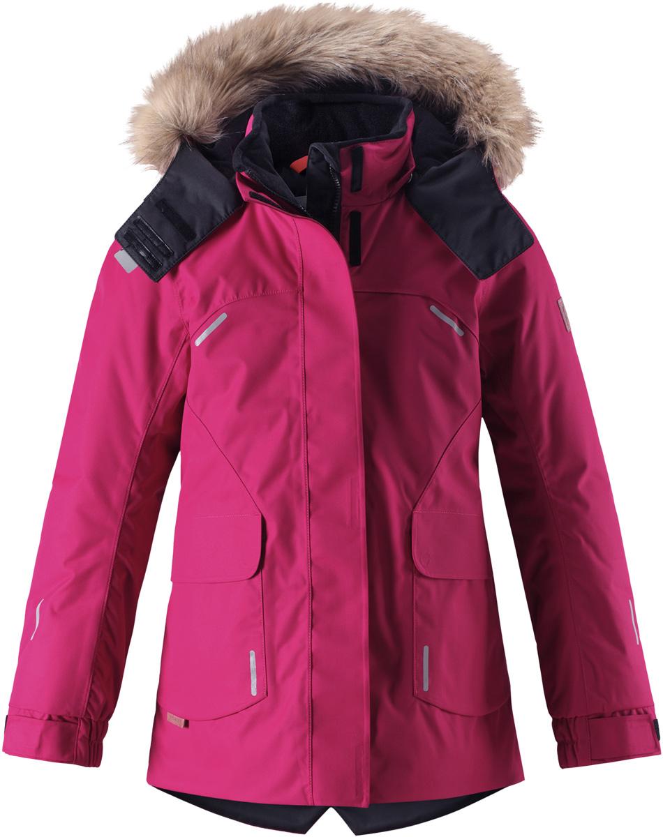 Куртка детская Reima Reimatec Sisarus, цвет: ярко-розовый. 5313003920. Размер 1225313003920Элегантная детская зимняя куртка в классическом стиле с честью выдержит испытание временем и высокими нагрузками! Эта куртка из водо- и ветронепроницаемого материала отлично подойдет для любых зимних забав. Все швы в ней проклеены и водонепроницаемы, что гарантирует максимальный комфорт во время зимних прогулок. Кроме того, она сшита из дышащего материала, так что ребенок не вспотеет во время катания на санках или коньках. Эта приталенная и удлиненная модель для девочек снабжена несъемным пояском на талии и регулируемыми манжетами. Съемный и регулируемый капюшон оторочен стильной отделкой из искусственного меха, которую при желании тоже можно снять. Защитный капюшон безопасен во время игр на свежем воздухе, поскольку легко отстегнется, если вдруг за что-нибудь зацепится. В больших карманах с клапанами легко поместятся все самое важное. Обратите внимание на удобную петельку, спрятанную в кармане с клапаном – к ней можно прикрепить любимый светоотражатель ребенка для обеспечения лучшей видимости.Средняя степень утепления.