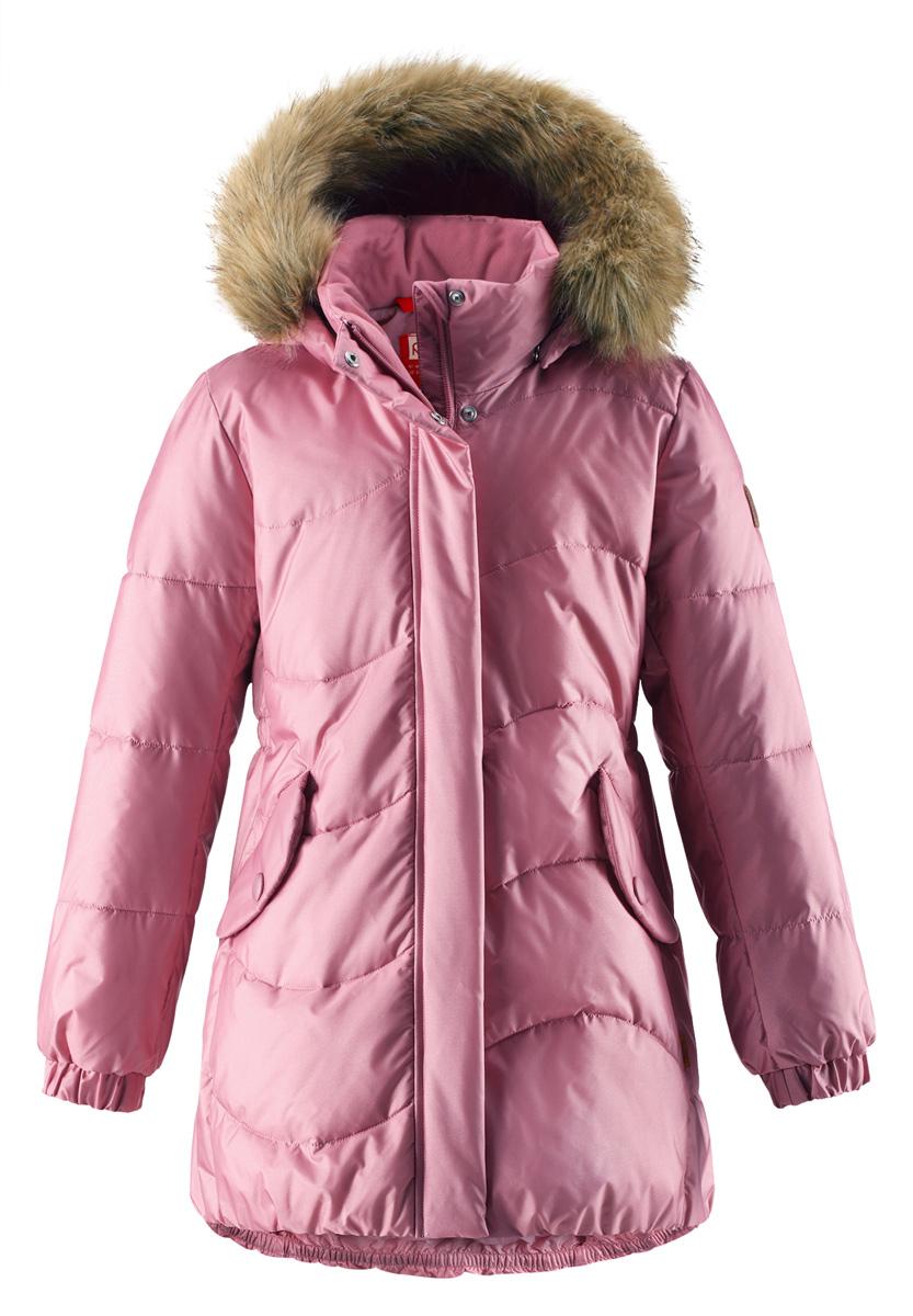 Куртка для девочки Reima Sula, цвет: светло-розовый. 5312984320. Размер 1105312984320Куртка для девочек на искусственном пуху немного удлиненного покроя снабжена стильной съемной оторочкой из искусственного меха на капюшоне. Она изготовлена из водо- и ветронепроницаемого, дышащего материала с водо- и грязеотталкивающей поверхностью, поэтому она теплая и простая в уходе. Куртку с гладкой подкладкой из полиэстера легко надевать и очень удобно носить с теплым промежуточным слоем. Эта элегантная модель снабжена съемным эластичным пояском сзади и декоративной светоотражающей отделкой, придающей завершающий штрих теплому зимнему наряду. Съемный капюшон не только защищает от пронизывающего ветра, но еще и обеспечивает дополнительную безопасность во время прогулок. Кнопки легко отстегиваются, если капюшон случайно за что-нибудь зацепится. Обратите внимание на удобную петельку, спрятанную в кармане с клапаном – к ней можно прикрепить светоотражатель для лучшей видимости ребенка и его безопасности.Средняя степень утепления.