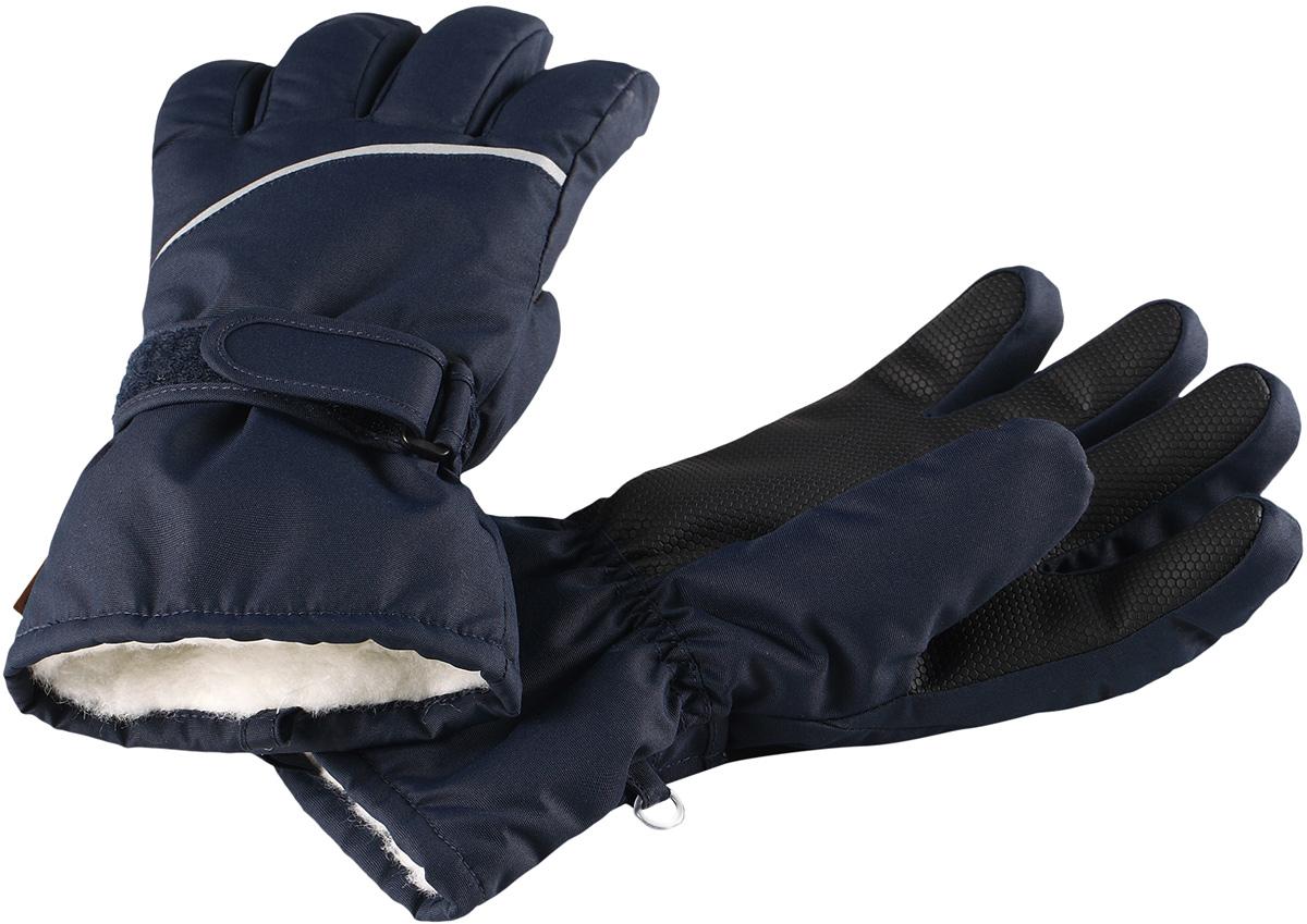 Перчатки детские Reima Harald, цвет: темно-синий. 5272936980. Размер 55272936980Популярные теплые и прочные зимние перчатки для малышей и детей постарше. Сшиты из ветронепроницаемого, и в то же время водо- и грязеотталкивающего материала. Легкий утеплитель и теплая полушерстяная ворсовая подкладка делают эти перчатки невероятно теплыми. Усиления и специальное ребристое покрытие на ладони, пальцах и большом пальце гарантируют прочность и хорошее сцепление с любой поверхностью. В этих перчатках рукам будет тепло, но благодаря дышащему материалу они не вспотеют. Снабжены застежкой на липучке спереди и светоотражающим кантом.Высокая степень утепления.