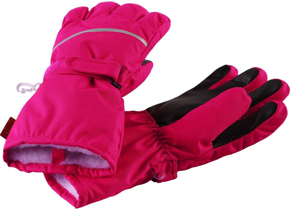 Перчатки детские Reima Harald, цвет: розовый. 5272933560. Размер 85272933560Популярные теплые и прочные зимние перчатки для малышей и детей постарше. Сшиты из ветронепроницаемого, и в то же время водо- и грязеотталкивающего материала. Легкий утеплитель и теплая полушерстяная ворсовая подкладка делают эти перчатки невероятно теплыми. Усиления и специальное ребристое покрытие на ладони, пальцах и большом пальце гарантируют прочность и хорошее сцепление с любой поверхностью. В этих перчатках рукам будет тепло, но благодаря дышащему материалу они не вспотеют. Снабжены застежкой на липучке спереди и светоотражающим кантом.Высокая степень утепления.