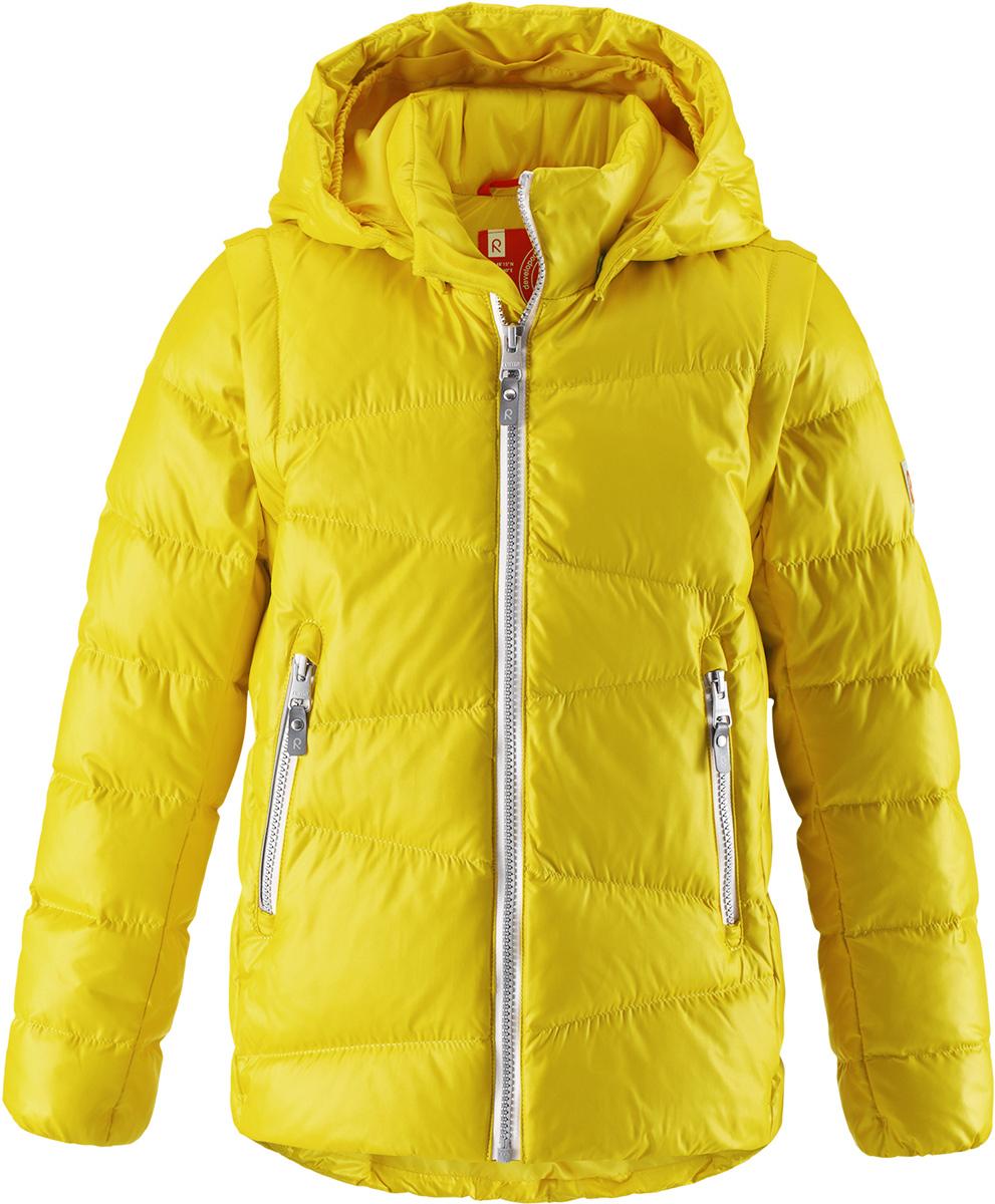 Пуховик детский Reima Martti, цвет: желтый. 5312912390. Размер 1285312912390Очень легкая, но при этом теплая и практичная слегка удлиненная куртка для подростков в одно мгновение превращается в жилетку. Эта практичная куртка снабжена утеплителемиз пуха и пера. Куртку с гладкой подкладкой из полиэстера легко надевать и очень удобно носить. В теплую погоду стоит лишь отстегнуть рукава, и куртка превратится в жилетку. Наденьте ее с удобной кофтой, и у вас получится модный и стильный наряд. А когда на улице похолодает, жилетку можно поддевать в качестве промежуточного слоя. Куртка оснащена съемным капюшоном, что обеспечивает дополнительную безопасность во время активных прогулок – капюшон легко отстегивается, если случайно за что-нибудь зацепится. Два кармана на молнии для мобильного телефона и других ценных мелочей. Образ довершают практичные детали: длинная молния высокого качества и светоотражающие элементы.Средняя степень утепления.