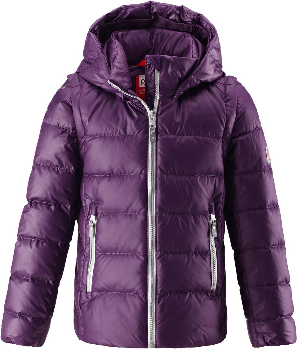 Пуховик для девочки Reima Minna, цвет: лиловый. 5312905930. Размер 1345312905930Очень легкая, но при этом теплая и практичная слегка удлиненная куртка для подростков в одно мгновение превращается в жилетку. Эта практичная куртка снабжена утеплителем из пуха и пера. Куртку с гладкой подкладкой из полиэстера легко надевать и очень удобно носить. В теплую погоду стоит лишь отстегнуть рукава, и куртка превратится в жилетку. Наденьте ее с удобной кофтой, и у вас получится модный и стильный наряд. А когда на улице похолодает, жилетку можно поддевать в качестве промежуточного слоя. Куртка оснащена съемным капюшоном, что обеспечивает дополнительную безопасность во время активных прогулок – капюшон легко отстегивается, если случайно за что-нибудь зацепится. Есть два кармана на молнии для мобильного телефона и других ценных мелочей. Эту модель для девочек довершают практичные детали: длинная молния высокого качества и светоотражающие элементы.Средняя степень утепления.